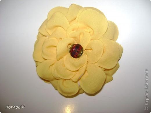 сделанная по найденому мк объёмная роза пока не идеально хорошие лепестки стали получатся под конец  значит следующая будет лучше фото 1