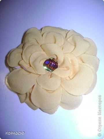 сделанная по найденому мк объёмная роза пока не идеально хорошие лепестки стали получатся под конец  значит следующая будет лучше фото 2