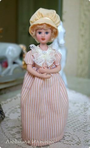 Наряд этой куколки решила кардинально не менять. Сняла шляпку, отгладила ее и пришила тесьму. На рукавах сделала защипы. И приклеила в центр цветочка-брошки бисер. Ну и конечно подправила прическу и контур губ. фото 4