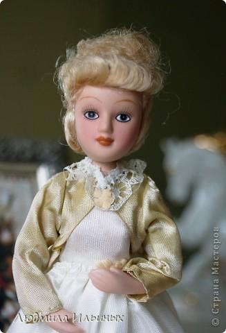 Внесла небольшие изменения в образ этой дамы. Добавила тесьму по краям жакета, поясок на платье и новую брошку. Распустила по краям палантина бахрому. фото 2