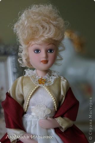 Внесла небольшие изменения в образ этой дамы. Добавила тесьму по краям жакета, поясок на платье и новую брошку. Распустила по краям палантина бахрому. фото 6