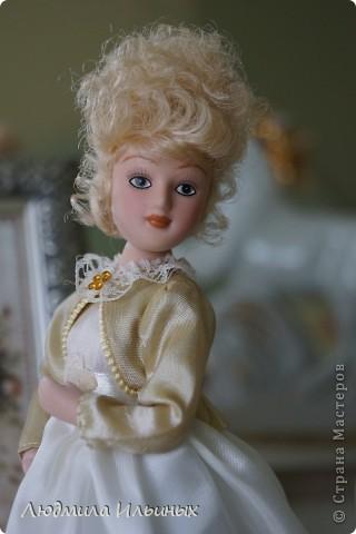 Внесла небольшие изменения в образ этой дамы. Добавила тесьму по краям жакета, поясок на платье и новую брошку. Распустила по краям палантина бахрому. фото 5