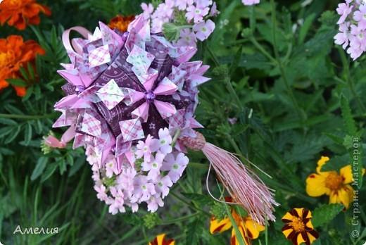 Автор Наталья Романенко http://kusudama.info/2012/06/jardin-d-angelique-tutorial/ Размер бумаги 7,5 на 3,75 и 5,25 на 5,25 Размер кусудамы около 10см
