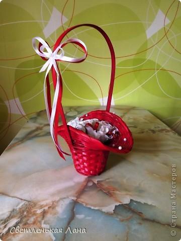 Рада приветствовать всех жителей и гостей СМ у меня на страничке! Девочки, сегодня сделала такую вот корзинку с белыми розами. Очень мне уж нравится сочетание белого и красного... фото 1