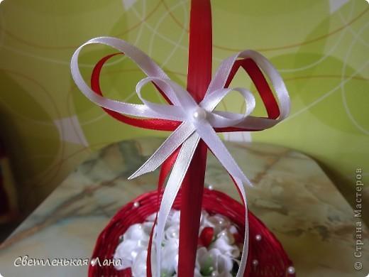 Рада приветствовать всех жителей и гостей СМ у меня на страничке! Девочки, сегодня сделала такую вот корзинку с белыми розами. Очень мне уж нравится сочетание белого и красного... фото 3