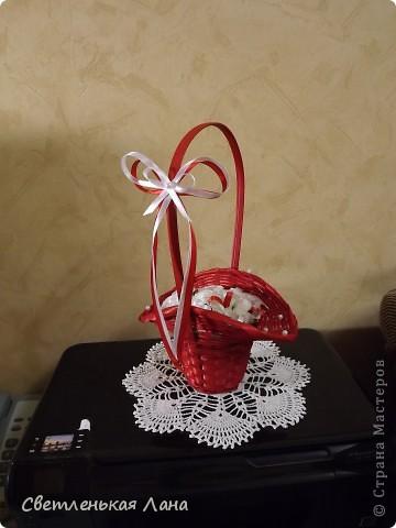 Рада приветствовать всех жителей и гостей СМ у меня на страничке! Девочки, сегодня сделала такую вот корзинку с белыми розами. Очень мне уж нравится сочетание белого и красного... фото 5