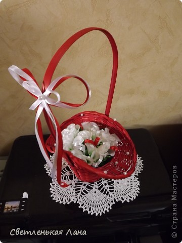 Рада приветствовать всех жителей и гостей СМ у меня на страничке! Девочки, сегодня сделала такую вот корзинку с белыми розами. Очень мне уж нравится сочетание белого и красного... фото 2