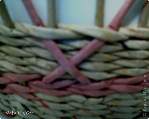 Всем привет! Сплела корзиночку, в которой попробовала вот такой узор. На такое плетение меня натолкнула работа Любови Вологды http://stranamasterov.ru/node/399882, где поднимались стоячки через плетение. Вот и я решила попробовать нечто подобное, несколько видоизменив. Таким способом можно создавать различные узоры: крестики разнообразные, полоски, зигзаги и т. п. В отличии от стегания трубочками http://stranamasterov.ru/node/340947 , тут получается чистая внутренняя сторона.  фото 3