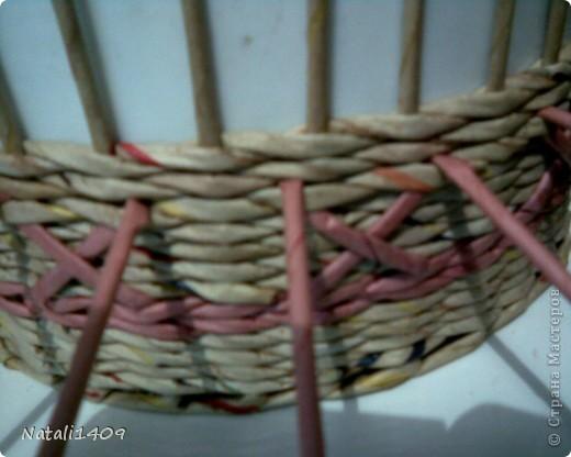 Всем привет! Сплела корзиночку, в которой попробовала вот такой узор. На такое плетение меня натолкнула работа Любови Вологды http://stranamasterov.ru/node/399882, где поднимались стоячки через плетение. Вот и я решила попробовать нечто подобное, несколько видоизменив. Таким способом можно создавать различные узоры: крестики разнообразные, полоски, зигзаги и т. п. В отличии от стегания трубочками http://stranamasterov.ru/node/340947 , тут получается чистая внутренняя сторона.  фото 4