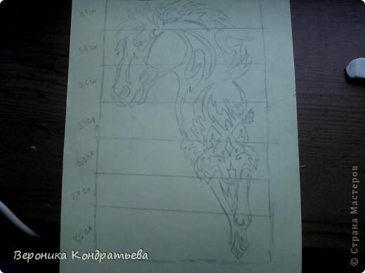 Я очень люблю волков и лошадей, а такие рисунки просто обажаю, вот решила нарисовать такую татуировку поэтапно. Приступим? Берем листок бумаги и рисуем на нем прямоугольник размером 24,5х15,5 см. Делим этот прямоугольник на горизонтальные полоски. расстояние между каждой полоской разное. 1 полоска- 3,2 см. 2 полоска- 3,6 см. 3 полоска- 3,6 см. 4 полоска- 3,3 см. 5 полоска.- 3,3 см. 6 плооска-2,7 см. 7 полоска- 4, 5 см. Нарисовали? Давайте двигаться дальше. фото 11