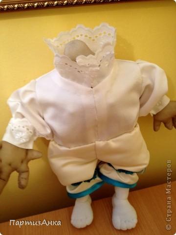 """Привет, Страна! Выставка наша всеизраильская в Хайфе уже буквально на пороге, и сегодня я отвезла своих кукол для размещения.  Кроме того, что повидалась с Машей(что само по себе здорово), я ещё и самых """"свежих"""" своих кукол туда """"откантовала"""".Как вы уже догадались, это была неразлучная четвёрка мушкетёров. Увы, ВСЕ фотографии выложить не могу, поэтому показываю только то, что дозволяется правилами сайта. Итак, перед нами - грустный Портос. А кто в бочке - вы и сами догадались... фото 12"""
