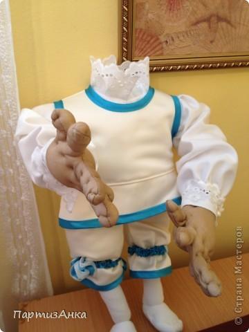 """Привет, Страна! Выставка наша всеизраильская в Хайфе уже буквально на пороге, и сегодня я отвезла своих кукол для размещения.  Кроме того, что повидалась с Машей(что само по себе здорово), я ещё и самых """"свежих"""" своих кукол туда """"откантовала"""".Как вы уже догадались, это была неразлучная четвёрка мушкетёров. Увы, ВСЕ фотографии выложить не могу, поэтому показываю только то, что дозволяется правилами сайта. Итак, перед нами - грустный Портос. А кто в бочке - вы и сами догадались... фото 13"""