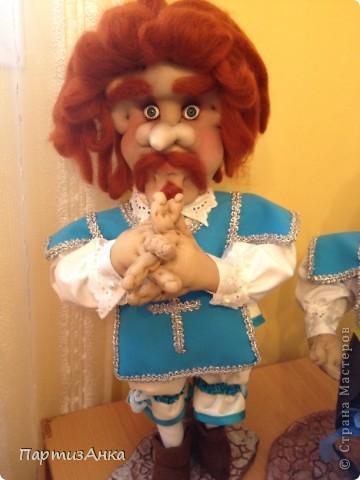 """Привет, Страна! Выставка наша всеизраильская в Хайфе уже буквально на пороге, и сегодня я отвезла своих кукол для размещения.  Кроме того, что повидалась с Машей(что само по себе здорово), я ещё и самых """"свежих"""" своих кукол туда """"откантовала"""".Как вы уже догадались, это была неразлучная четвёрка мушкетёров. Увы, ВСЕ фотографии выложить не могу, поэтому показываю только то, что дозволяется правилами сайта. Итак, перед нами - грустный Портос. А кто в бочке - вы и сами догадались... фото 5"""