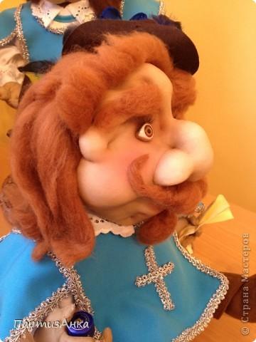 """Привет, Страна! Выставка наша всеизраильская в Хайфе уже буквально на пороге, и сегодня я отвезла своих кукол для размещения.  Кроме того, что повидалась с Машей(что само по себе здорово), я ещё и самых """"свежих"""" своих кукол туда """"откантовала"""".Как вы уже догадались, это была неразлучная четвёрка мушкетёров. Увы, ВСЕ фотографии выложить не могу, поэтому показываю только то, что дозволяется правилами сайта. Итак, перед нами - грустный Портос. А кто в бочке - вы и сами догадались... фото 9"""