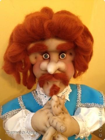"""Привет, Страна! Выставка наша всеизраильская в Хайфе уже буквально на пороге, и сегодня я отвезла своих кукол для размещения.  Кроме того, что повидалась с Машей(что само по себе здорово), я ещё и самых """"свежих"""" своих кукол туда """"откантовала"""".Как вы уже догадались, это была неразлучная четвёрка мушкетёров. Увы, ВСЕ фотографии выложить не могу, поэтому показываю только то, что дозволяется правилами сайта. Итак, перед нами - грустный Портос. А кто в бочке - вы и сами догадались... фото 6"""