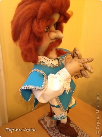 """Привет, Страна! Выставка наша всеизраильская в Хайфе уже буквально на пороге, и сегодня я отвезла своих кукол для размещения.  Кроме того, что повидалась с Машей(что само по себе здорово), я ещё и самых """"свежих"""" своих кукол туда """"откантовала"""".Как вы уже догадались, это была неразлучная четвёрка мушкетёров. Увы, ВСЕ фотографии выложить не могу, поэтому показываю только то, что дозволяется правилами сайта. Итак, перед нами - грустный Портос. А кто в бочке - вы и сами догадались... фото 8"""