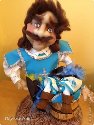 """Привет, Страна! Выставка наша всеизраильская в Хайфе уже буквально на пороге, и сегодня я отвезла своих кукол для размещения.  Кроме того, что повидалась с Машей(что само по себе здорово), я ещё и самых """"свежих"""" своих кукол туда """"откантовала"""".Как вы уже догадались, это была неразлучная четвёрка мушкетёров. Увы, ВСЕ фотографии выложить не могу, поэтому показываю только то, что дозволяется правилами сайта. Итак, перед нами - грустный Портос. А кто в бочке - вы и сами догадались... фото 1"""