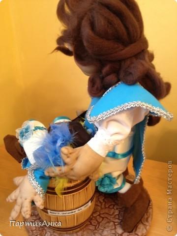 """Привет, Страна! Выставка наша всеизраильская в Хайфе уже буквально на пороге, и сегодня я отвезла своих кукол для размещения.  Кроме того, что повидалась с Машей(что само по себе здорово), я ещё и самых """"свежих"""" своих кукол туда """"откантовала"""".Как вы уже догадались, это была неразлучная четвёрка мушкетёров. Увы, ВСЕ фотографии выложить не могу, поэтому показываю только то, что дозволяется правилами сайта. Итак, перед нами - грустный Портос. А кто в бочке - вы и сами догадались... фото 4"""