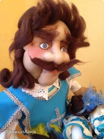 """Привет, Страна! Выставка наша всеизраильская в Хайфе уже буквально на пороге, и сегодня я отвезла своих кукол для размещения.  Кроме того, что повидалась с Машей(что само по себе здорово), я ещё и самых """"свежих"""" своих кукол туда """"откантовала"""".Как вы уже догадались, это была неразлучная четвёрка мушкетёров. Увы, ВСЕ фотографии выложить не могу, поэтому показываю только то, что дозволяется правилами сайта. Итак, перед нами - грустный Портос. А кто в бочке - вы и сами догадались... фото 2"""