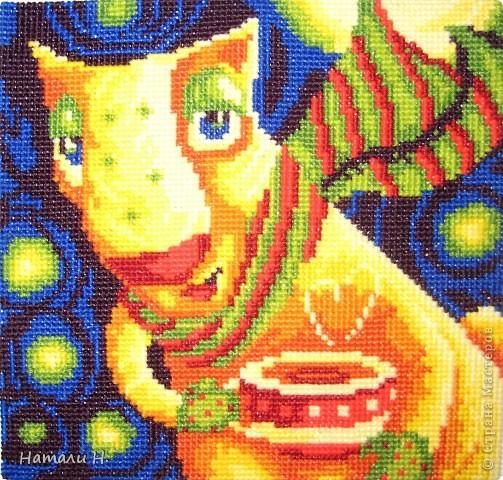 """Один из трех звериков. Мой сын считает, что это кот. Набор Риолиса, вышивается шерстью. Очень яркая, позитивная картинка. Да, называется """"Вечерний чай""""."""