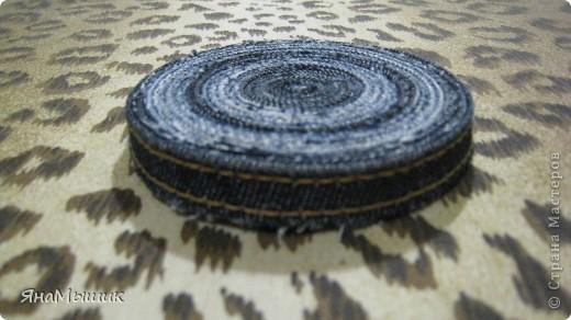 Подставочка под горячую кружку из боковых швов старых джинс, сами джинсы пошли на коврик в стиле пэчворк. фото 1