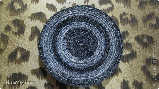 Подставочка под горячую кружку из боковых швов старых джинс, сами джинсы пошли на коврик в стиле пэчворк. фото 2