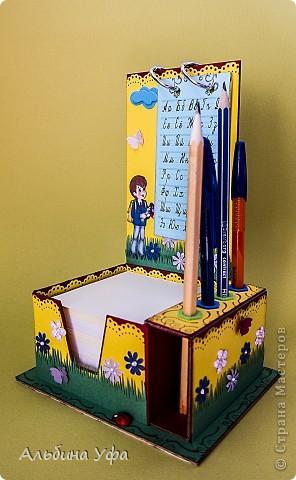 Приветствую всех жителей СМ!В сентябре месяце моё младшее солнце пойдёт в 1 класс.Для будущего ученика сделала настольный органайзер.Вся конструкция сделана из гофрированного картона,из под коробки для техники,декорирована пастельной бумагой,дырокольностями. фото 3