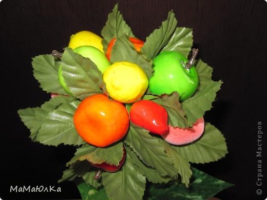 Дорогие друзья, рада приветствовать вас! Сегодня фруктовый топиарий. Сделала его в подарок маме на новоселье. Надеюсь, что он ей понравится и будет ярким акцентом на ее новой кухне.  фото 6