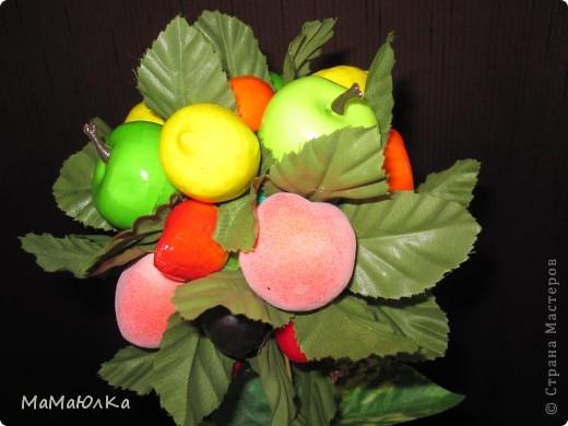 Дорогие друзья, рада приветствовать вас! Сегодня фруктовый топиарий. Сделала его в подарок маме на новоселье. Надеюсь, что он ей понравится и будет ярким акцентом на ее новой кухне.  фото 5