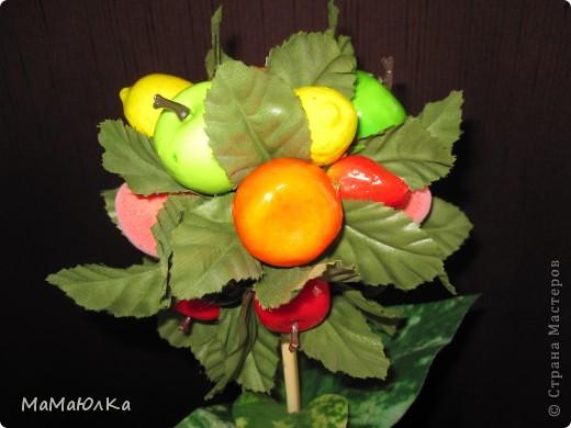 Дорогие друзья, рада приветствовать вас! Сегодня фруктовый топиарий. Сделала его в подарок маме на новоселье. Надеюсь, что он ей понравится и будет ярким акцентом на ее новой кухне.  фото 4