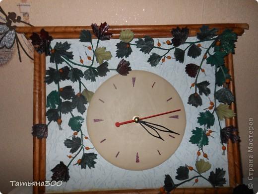 Часы в подарок сотруднице на день рождения. Веточки настоящие, ягодки из холодного фарфора, часы из пластинки, обтянутой кожей, листочки тоже из кожи. Приятного просмотра. фото 1