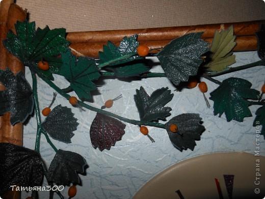 Часы в подарок сотруднице на день рождения. Веточки настоящие, ягодки из холодного фарфора, часы из пластинки, обтянутой кожей, листочки тоже из кожи. Приятного просмотра. фото 2