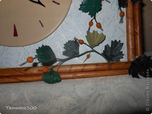 Часы в подарок сотруднице на день рождения. Веточки настоящие, ягодки из холодного фарфора, часы из пластинки, обтянутой кожей, листочки тоже из кожи. Приятного просмотра. фото 4