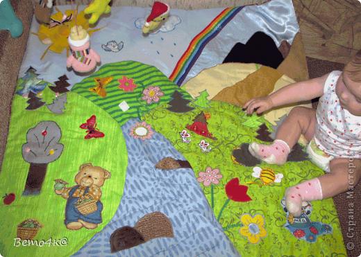 Здравствуйте, уважаемые мастерицы! Вот такие развивающие игрушки я пошила для дочки.  Основа домика - фанера. Раскрашен он гуашью+ПВА, покрыт специальным лаком для детских изделий. Идея теремка почерпнута на сайте Юмама.ру  В домике снимается крыша, в гнездышке живет синичка. За каждым окошком прячутся разные зверюшки и закрываются окошки на разные замочки, на пуговки внизу (на травке) пристегиваются цветочки, в будке живет собачка.  фото 2