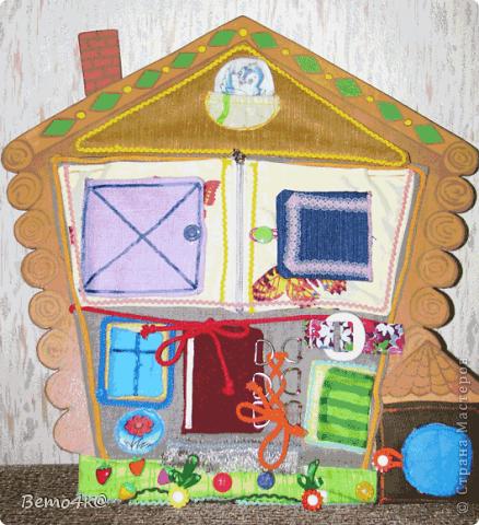 Здравствуйте, уважаемые мастерицы! Вот такие развивающие игрушки я пошила для дочки.  Основа домика - фанера. Раскрашен он гуашью+ПВА, покрыт специальным лаком для детских изделий. Идея теремка почерпнута на сайте Юмама.ру  В домике снимается крыша, в гнездышке живет синичка. За каждым окошком прячутся разные зверюшки и закрываются окошки на разные замочки, на пуговки внизу (на травке) пристегиваются цветочки, в будке живет собачка.  фото 1