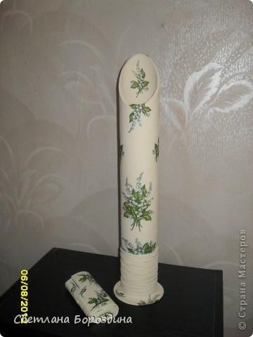 Достались мне тубы от линолеума и клеенки, давно хочу сделать напольную вазу и вот в знак благодарности сделала в подарок вазу из тубы на которую была намотана клеенка. Низ из дисков, капроновые колготки, ветки накрутила из вербы. В дополнение - очешник. фото 2