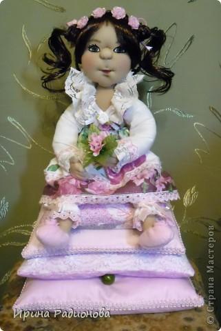 моя принцесса. Перед тем как взяться за эту работу, перерыла инет и нашла много принцесс, но почти все куклы Тильды. Так  как  я Тильд не очень люблю, решила сделать  куклу просто из капрона. По моему получилось очень даже миленько. фото 1