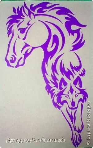 Я очень люблю волков и лошадей, а такие рисунки просто обажаю, вот решила нарисовать такую татуировку поэтапно. Приступим? Берем листок бумаги и рисуем на нем прямоугольник размером 24,5х15,5 см. Делим этот прямоугольник на горизонтальные полоски. расстояние между каждой полоской разное. 1 полоска- 3,2 см. 2 полоска- 3,6 см. 3 полоска- 3,6 см. 4 полоска- 3,3 см. 5 полоска.- 3,3 см. 6 плооска-2,7 см. 7 полоска- 4, 5 см. Нарисовали? Давайте двигаться дальше. фото 1