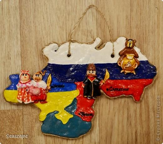 Сделала на заказ очень милой девушке Лене в подарок родственникам из России=) Все так как заказывали. Страны рассписаны в тон своих флагов. Также я обозначила города, в один из которых поедет сувенир)))) На Украину налепила украиночку и козачка, на Россию, нижнюю часть - кубанского козака, на верх закинула мишку с самоваром, чтоб не скучно было)) Фух, успела по срокам)))А как Вам мое творчество?)