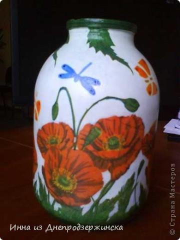 На работе была проблема  с вазой для цветов. А дома была банка с щербинкой на горлышке. Пофантазировав с салфетками и трафаретами вот, что получилось.