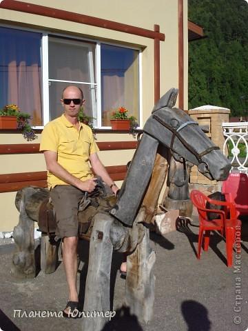"""Есть на берегу Байкала один маленький очаровательный  городок - Листвянка. Там у одного из прибрежных кафе мы встретили такую вот милую веселую """"деревяную компанию""""... Невозможно было отказаться от фотографий рядом с ней... Он и Она... фото 4"""