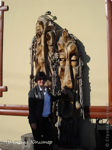 """Есть на берегу Байкала один маленький очаровательный  городок - Листвянка. Там у одного из прибрежных кафе мы встретили такую вот милую веселую """"деревяную компанию""""... Невозможно было отказаться от фотографий рядом с ней... Он и Она... фото 5"""