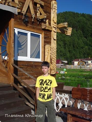 """Есть на берегу Байкала один маленький очаровательный  городок - Листвянка. Там у одного из прибрежных кафе мы встретили такую вот милую веселую """"деревяную компанию""""... Невозможно было отказаться от фотографий рядом с ней... Он и Она... фото 6"""