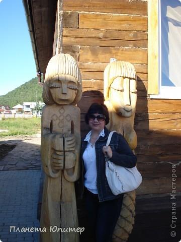 """Есть на берегу Байкала один маленький очаровательный  городок - Листвянка. Там у одного из прибрежных кафе мы встретили такую вот милую веселую """"деревяную компанию""""... Невозможно было отказаться от фотографий рядом с ней... Он и Она... фото 8"""