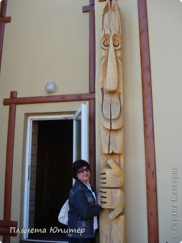"""Есть на берегу Байкала один маленький очаровательный  городок - Листвянка. Там у одного из прибрежных кафе мы встретили такую вот милую веселую """"деревяную компанию""""... Невозможно было отказаться от фотографий рядом с ней... Он и Она... фото 9"""