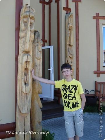 """Есть на берегу Байкала один маленький очаровательный  городок - Листвянка. Там у одного из прибрежных кафе мы встретили такую вот милую веселую """"деревяную компанию""""... Невозможно было отказаться от фотографий рядом с ней... Он и Она... фото 11"""