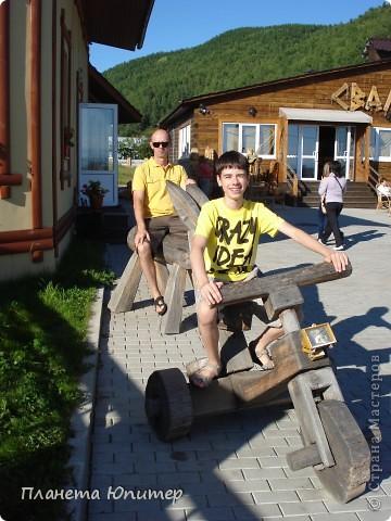 """Есть на берегу Байкала один маленький очаровательный  городок - Листвянка. Там у одного из прибрежных кафе мы встретили такую вот милую веселую """"деревяную компанию""""... Невозможно было отказаться от фотографий рядом с ней... Он и Она... фото 13"""