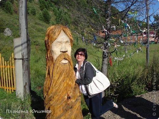 """Есть на берегу Байкала один маленький очаровательный  городок - Листвянка. Там у одного из прибрежных кафе мы встретили такую вот милую веселую """"деревяную компанию""""... Невозможно было отказаться от фотографий рядом с ней... Он и Она... фото 15"""