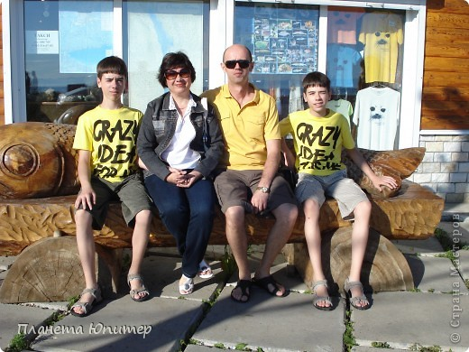 """Есть на берегу Байкала один маленький очаровательный  городок - Листвянка. Там у одного из прибрежных кафе мы встретили такую вот милую веселую """"деревяную компанию""""... Невозможно было отказаться от фотографий рядом с ней... Он и Она... фото 16"""