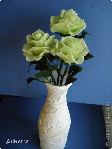 слепились у меня такие зеленые розы,очень их люблю,но меня терзают смутные сомнения,может их подразукрасить немного,только какой цвет использовать - не знаю,думала может беленьким слегка пройтись. Или вовсе их не трогать,чтоб не испортить??? фото 4